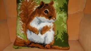Deko - Kissen/ Stickkissen - Kreuzstichkissen mit den Motiv Eichhörnchen handgemacht