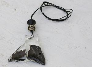 Halskette mit Glasanhänger am Lederband, einzigartige Kette mit Anhänger aus geschmolzenem Glas, Geschenk, Weihnachtsgeschenk, Modeschmuck