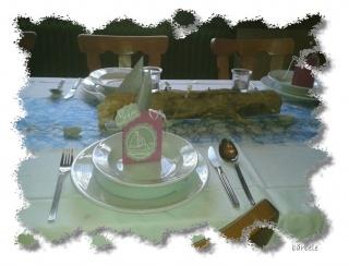 Handgebasteltes Gastgeschenk mit leckerer Schokolade