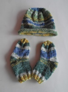 Baby-Set -Mütze und Söckchen- handgestrickt- 0-1 Monat- jetzt kaufen