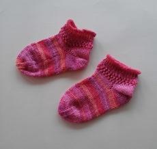 Handgestrickte Mädchensöckchen mit Lochmuster  Gr.  28/29 in pink, rosa, rot -tönen