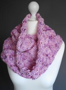 Handgestrickter pastellfarbender Schal aus Bändchengarn mit luftigen Muster  jetzt kaufen