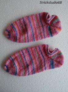 Handgestrickte Sneaker in der  Gr. 36/37 in Bonbon-Farben im gestreifen Farbverlauf