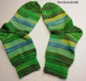 Socken in Farbverlaufsgarn gestrickt mit verschiedenen grüntönen, blau und grau in der Gr.36/37