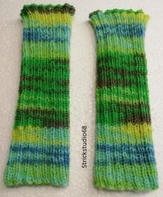 Armstulpen mit Farbverlaufsgarn gestrickt mit verschiedenen grüntönen, blau und grau