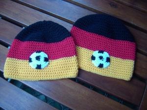 Von Hand gehäkelte Kindermütze Fußballmütze Deutschlandmütze mit Fußball