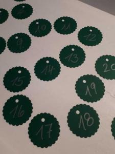 ADVENTSKALENDERZAHLEN   24 runde grüne Tags mit den Ziffern 1 - 24 in weiß beschriftet ...