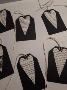 12 er Set Geschenkanhänger in schwarz mit je einem Herzchen, das aus einem dänischen   Lexikon entstand ...