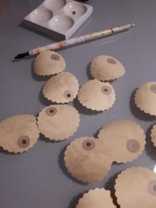 20 handgestanzte runde Tags mit Wellenrand aus beige meliertem Urkunden - Papier ... Dm 5 cm ...