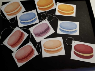 10 Tags, Geschenkanhänger, Etiketten ...  bedruckt mit bunten Macarons ...