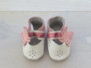 Handgefertigte Krabbelschuhe/Sandale  mit Schmetterling  - Handarbeit kaufen