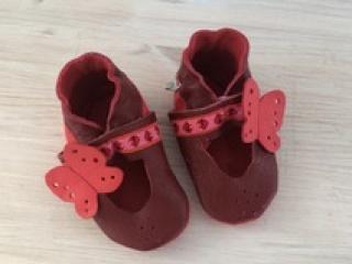 Handgefertigte Krabbelschuhe/Sandale mit Schmetterling