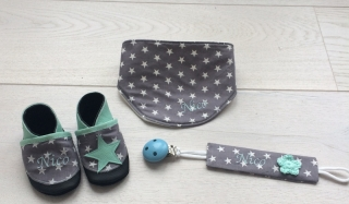 handgefertigtes Babyset zur Geburt oder Taufe, Halstuch, Schnullerkette und Krabbelschuhe mit Namen - Handarbeit kaufen