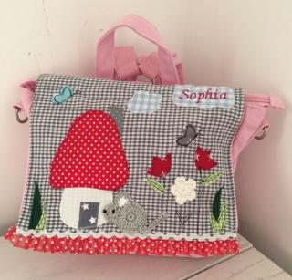 Handgefertigte Kindergartenrucksack mit Maus im Pilzhaus und Namen - Handarbeit kaufen