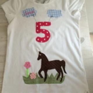 handgefertigtes Geburtstagsshirt mit Zahl, Pferd und Namen