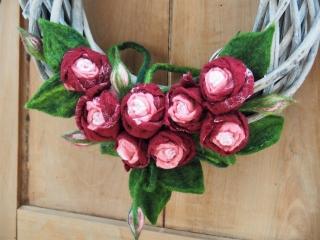 Dekokranz Rosen mit handgefilzten weinroten bis roséfarbenen Blüten * Blättern und Ranke aus Wolle - Handarbeit kaufen