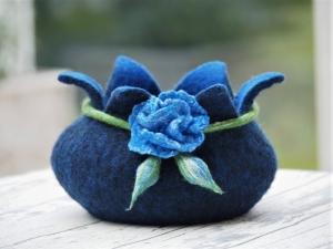 Bezaubernd schöne handgefilzte Dekoschale aus 100 % Wolle in blau mit Rose und Rosenknospen - Handarbeit kaufen