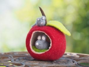 Handgefertigter Filzapfel mit großer und kleiner Maus, Stil und Blatt aus Wolle