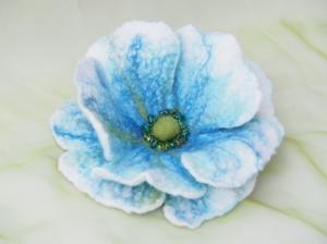 Bezaubernd schöne Filzblüte zum Anstecken oder als Dekoration aus Wolle in Blautönen und mit Perlen bestickt - Handarbeit kaufen