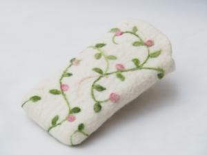 Romantisches Etui oder Täschchen aus Wolle handgefertigt mit wunderschöner Rosenranke!