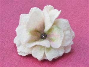 Prachtvolle Haarblüte in cremeweiß mit Perlenmitte  - Handarbeit kaufen