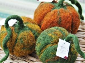 Drei große Dekokürbisse in herrlichen Herbstfarben-Handgefilzt aus 100 % Wolle - Handarbeit kaufen