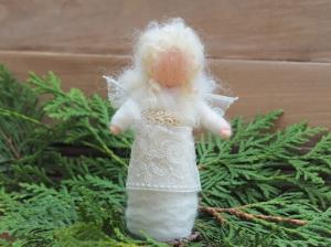 *Engelchen * Handgearbeitet * Feinste Wolle * Lockiges Haar * Weiß * Spitze und Krönchen * Stehend * - Handarbeit kaufen