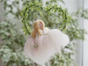 * Duftige Elfe aus feinster Wolle * sitzend in einem Herz *