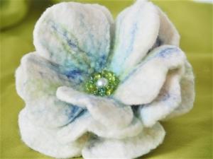 Wunderschöne große Dekofilzblüte in zartem weiß und blau aus feinster Wolle  - Handarbeit kaufen