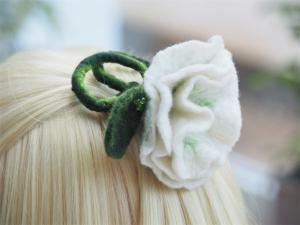 *Bezaubernde Blüte *Haarschmuck*in Grün und Weiß *aus feiner Wolle*handgefertigt* - Handarbeit kaufen