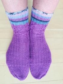 Handgestrickte Damen Socken lila bunt mit Muster