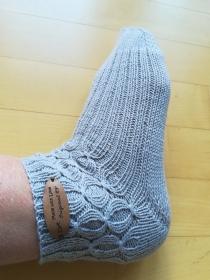 Handgestrickte Damen Socken hellgrau mit Muster