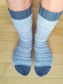 Handgestrickte Socken hell- und dunkelgrau mit Muster