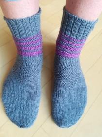 Handgestrickte Damen Socken dunkelgrau / lila mit Muster