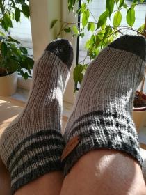 Handgestrickte Damen Socken hell- und dunkelgrau im Rippenmuster