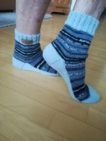Handgestrickte Socken jeansblau gemustert mit einfarbiger Sohle