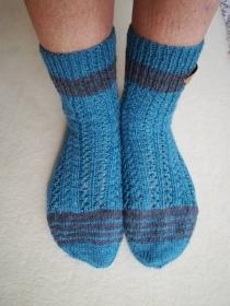 Handgestrickte Socken im Ajourmuster