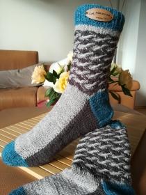Handgestrickte Socken mit plastischen Muster am Schaft und Kontrast Bund, Ferse und Spitze