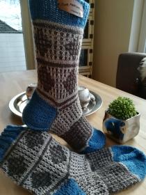 Handgestrickte Socken mit plastischem Muster und Kontrast Bund, Ferse und Spitze