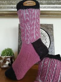 Handgestrickte Socken mit plastischem Muster am Bund