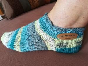 Handgestrickte Sneaker Socken mit plastischem Muster