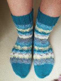 Handgestrickte Socken mit plastischem Muster
