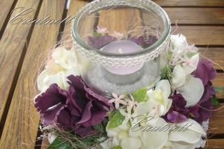 Tischdeko in lila Eine schöne Tischdeko mit Windlicht in lila
