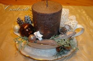 Weihnachtsdeko in Porzellansaucierre mit Kerze