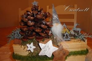 ☆ Weihnachtsgesteck auf Holzstück mit Pinienzapfen und Wichtel ☆