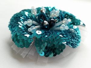 Brosche in blau aus französischen Pailletten 4mm im romantischen Stil