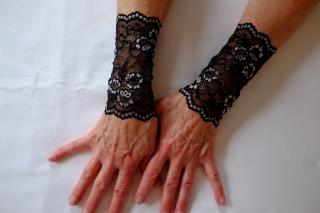 Elegante Armstulpen aus Spitze in schwarz-silber