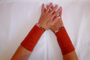 Armstulpen Pulswärmer mit elastischem Blumen-Samtband - Handarbeit kaufen