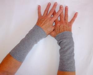 Armstulpen Pulswärmer kuscheliger Sweat in mittelgrau Manschetten - Handarbeit kaufen