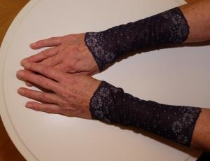 Elegante Armstulpen Spitze pflaume Romantikstulpen - Handarbeit kaufen